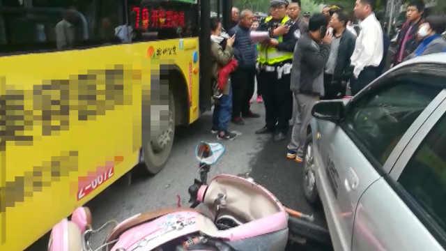 险!电动车被撞,孩子甩到公交车底