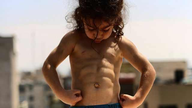 4岁男孩练出6块腹肌,吸引百万粉丝