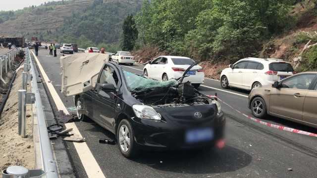 货车迎面撞轿车,眨眼撕开轿车车顶