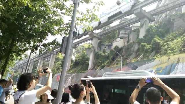 重庆8楼的轻轨站!新疆夫妇特地打卡