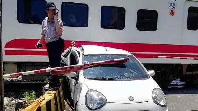 她驾车进火车道被火车撞,仅受轻伤