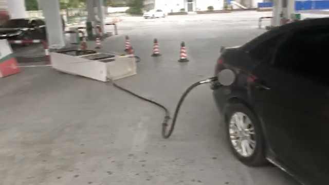 油枪没拔就开车!加油机直接被拖走