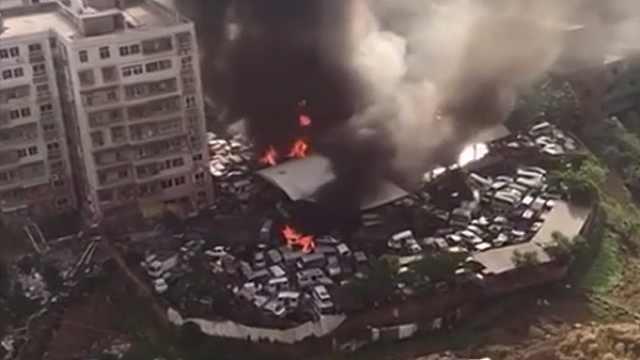 巴中:废弃汽车回收中心突发大火