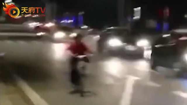 轿车发狂撞人群,民警救人被撞牺牲