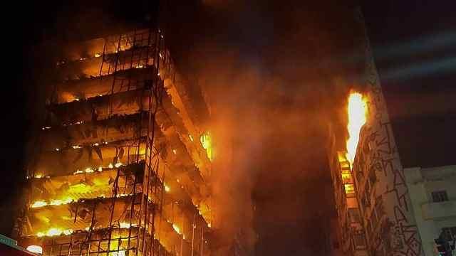 巴西高楼大火后坍塌,住150名流浪汉