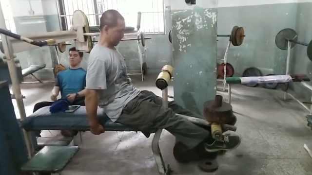 脑瘫患者锻炼11年,如今可爬山
