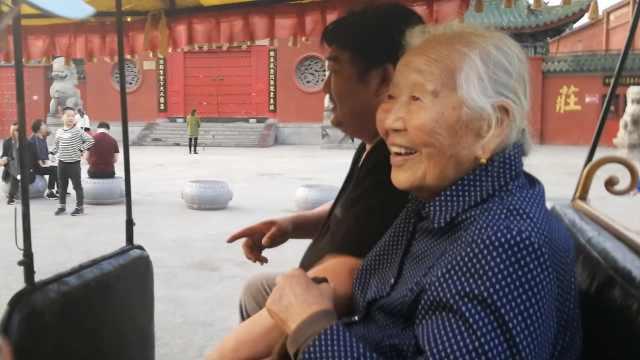 5旬孝子带95岁老母游中国:让母开心