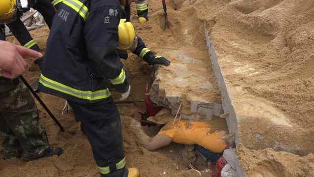 围墙倒塌压男子,消防徒手扒砖救人
