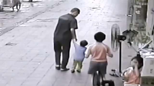 男子被曝当街拐小孩,本人:逗着玩