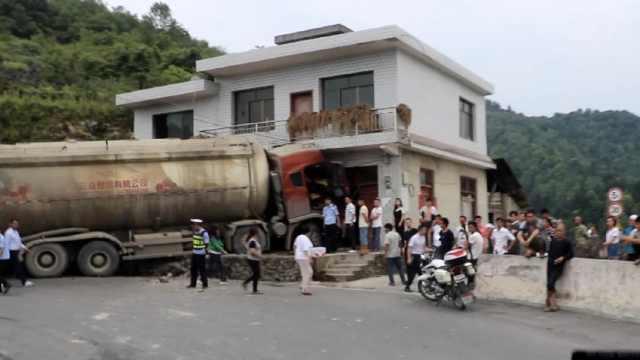 罐车撞民房,消防扇风安抚被困司机