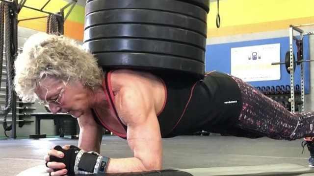 惊叹!70岁奶奶负重140斤平板支撑