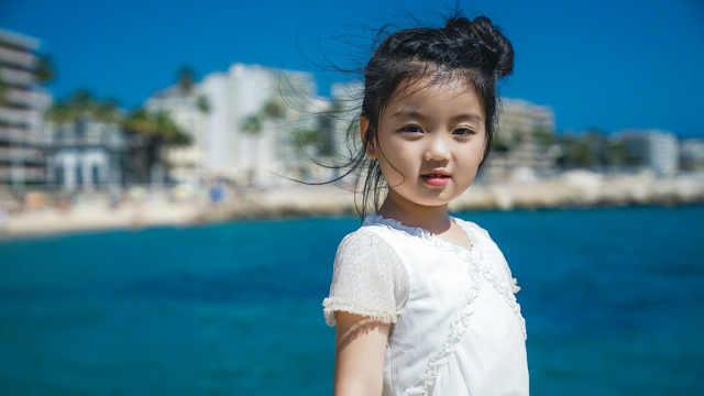 阿拉蕾现身戛纳,似小公主可爱灵动