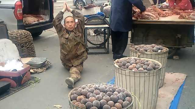 男子夏天劈叉卖冻梨,称卖的是气场