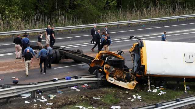 美国新泽西校车发生事故,2死43伤