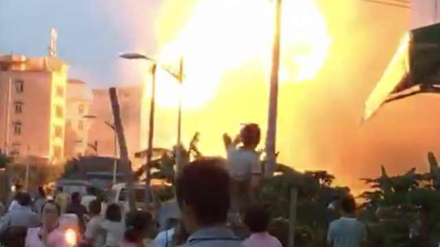 广州一厂房起火爆燃,半空炸出火球