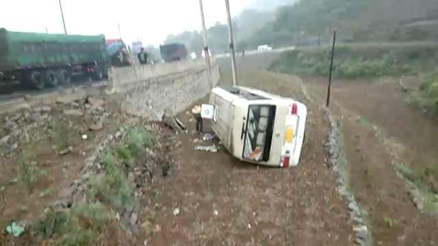 他驾车载18亲朋旅游,中巴侧翻19伤