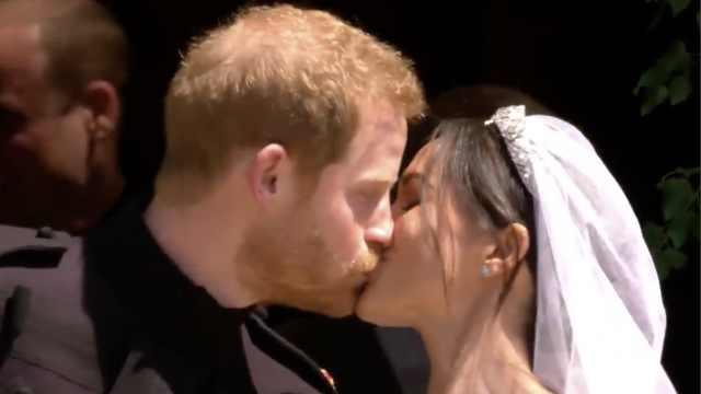 甜蜜暴击!哈里王子与王妃当众亲吻