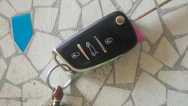 好心大姐捡车钥匙,苦寻车主大半天