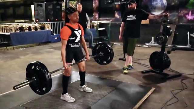 80岁奶奶坚持健身,举重目标两百斤
