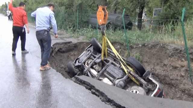 路面突然塌陷,越野车坠坑四脚朝天