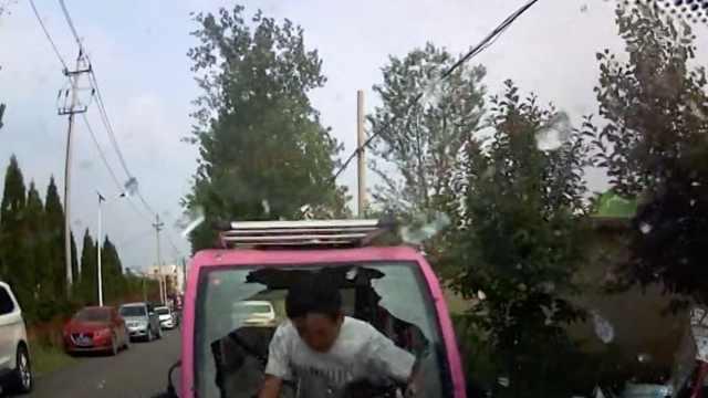 醉汉骑三轮怼轿车,一头顶碎前挡