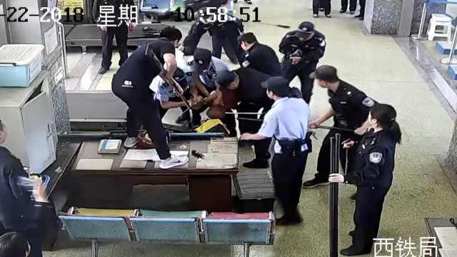 男子携刀乘车被查:带3万现金需防身