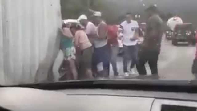 委内瑞拉货车翻车,市民哄抢散落物