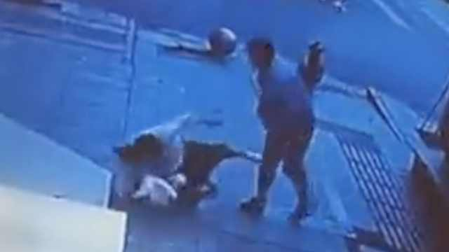 陌生男拽头殴打少女,警方:系精神病