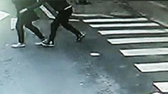 女子路口被偷,公交司机下车帮追赃