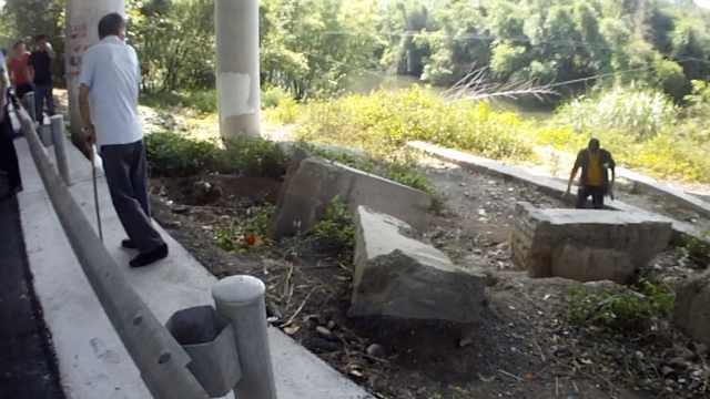 电驴载人被查,他竟捡石头对峙民警