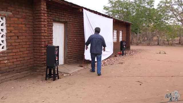 韩国人在非洲为乡村的小孩子放电影