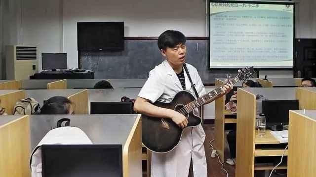 弹吉他唱歌和医学更配哦!