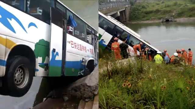 桂林旅游大巴撞农用车,车头栽河中