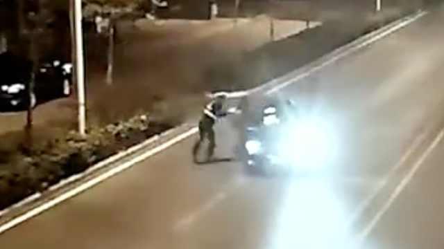 轿车司机拒检,疯狂拖行交警被刑拘