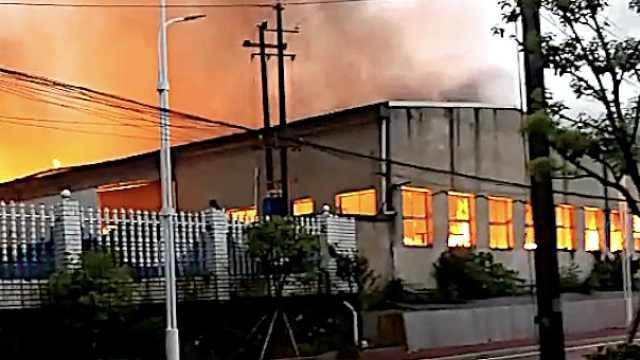 纸箱厂起火烧8小时,6千平车间被毁
