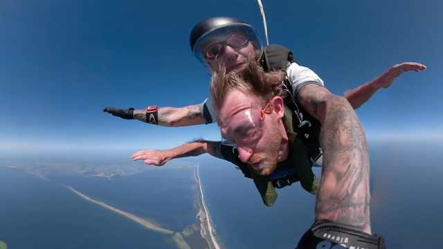 跳伞玩出新花样,骑在同伴背上飞