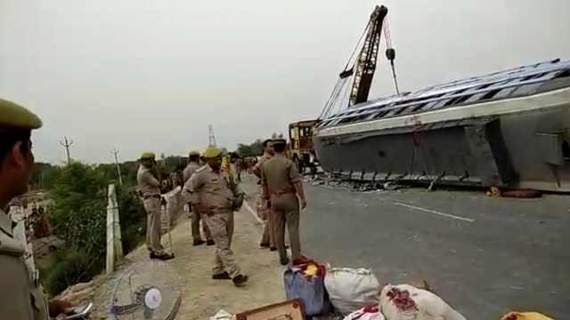 印度载80人大巴翻车,致17人死亡