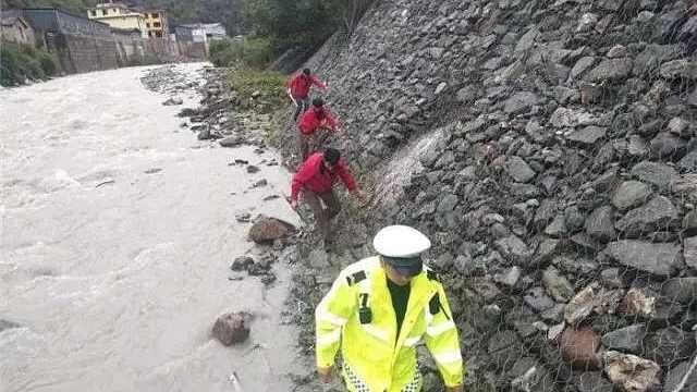 香格里拉7名游客自驾坠江,4人失踪