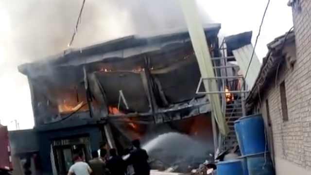 女子为娃做饭煤气爆炸,烧毁10间房