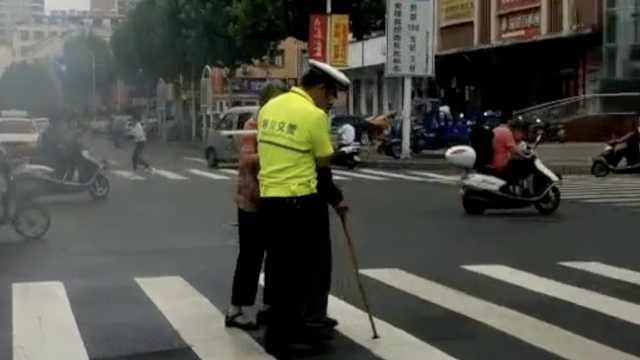 协警扶老人过街被拍,路人赞:正能量