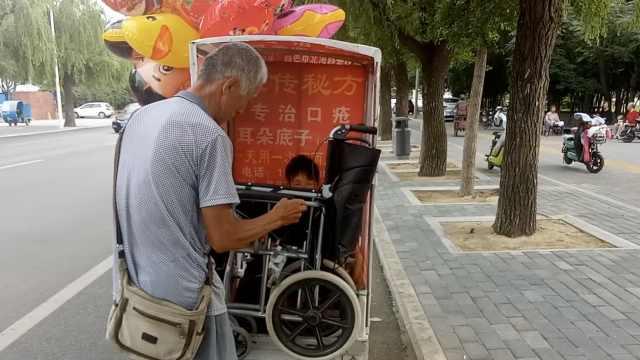 6旬汉带偏瘫老伴卖气球:她出来开心