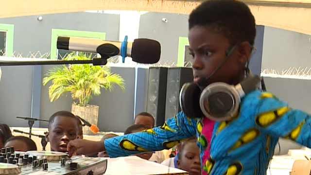 太有范儿!非洲的十岁DJ小姑娘