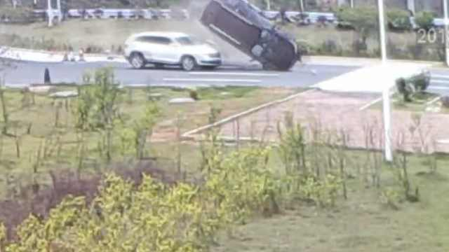 女司机把油门当刹车,撞车腾空翻滚