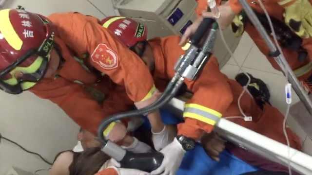 好疼!工人施工受伤,钢筋从腹部插入