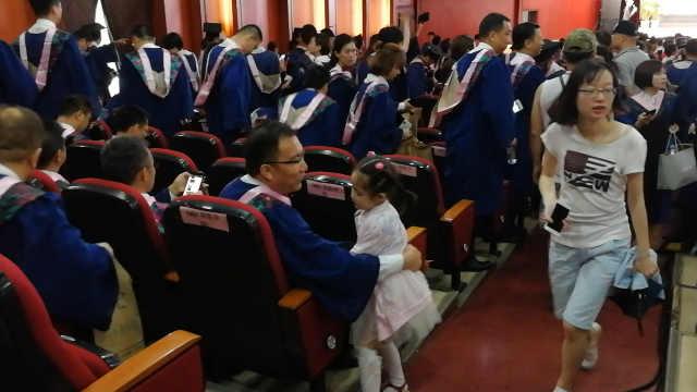 她带女儿参加老公毕业典礼:鼓舞她