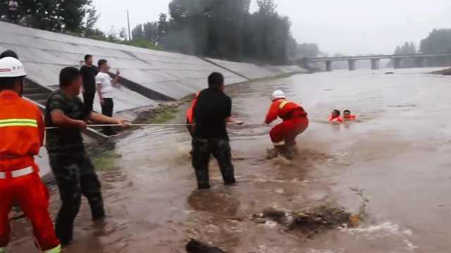 7旬翁抄近路回家,河水暴涨困河心