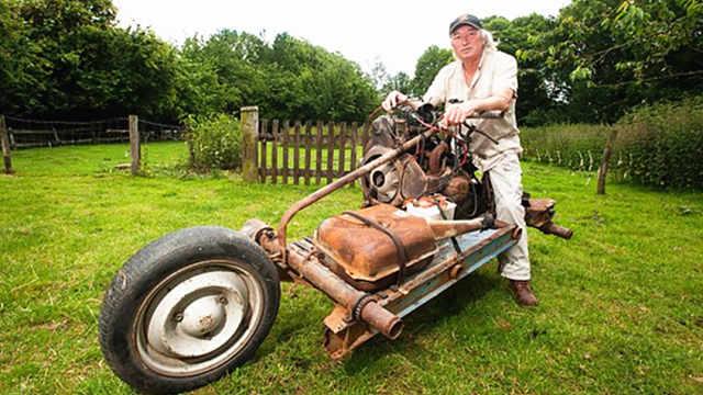 大叔将汽车改成摩托,成功穿越沙漠