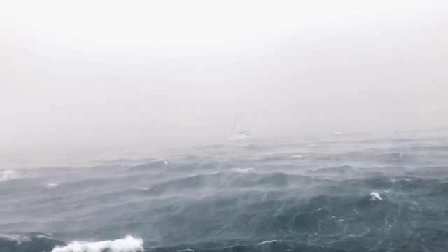 泰国沉船时,他看着后船被抛起拍下