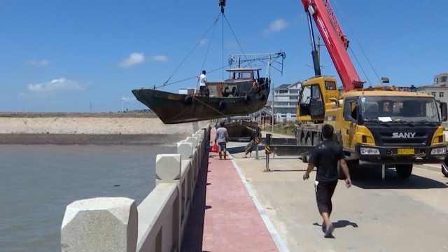 台风要来!渔民吊船上岸躲