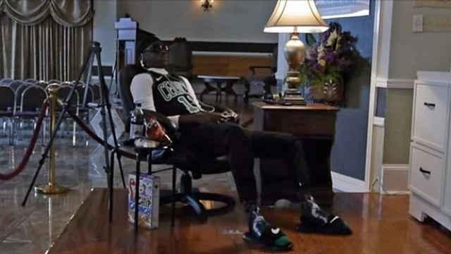18岁男孩遗体坐着打游戏,配着零食